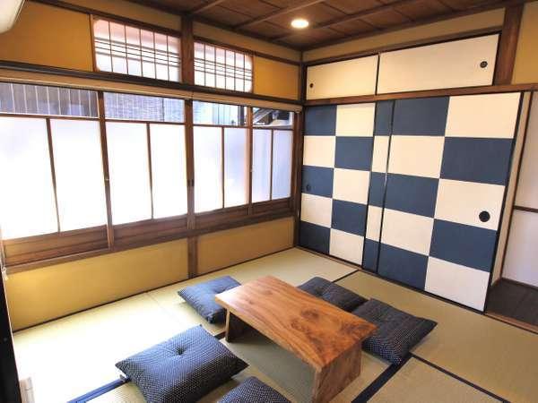 色調豊かなふすまが特徴的な和室空間。市松柄のふすまから市松庵と名づけられました。