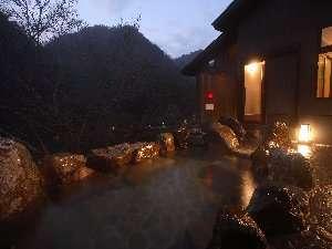 真近に迫る山の景色と渓流を望み、せせらぎを聴きながらゆったり湯に浸りたい御婦人露天風呂かわせみの湯