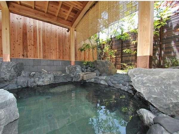 【露天風呂】PH値9.7のトロッとした湯が特徴で、四国での有数の泉質をほこります。