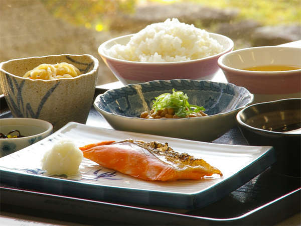 【朝食例】温泉卵・焼き魚・小鉢など。バランスの良い出来たてのお食事です。