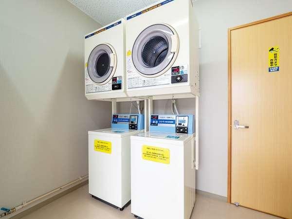 洗濯機…1回 300円。※洗剤自動注入。乾燥機…1回 30分 100円。営業時間 8:00~23:00