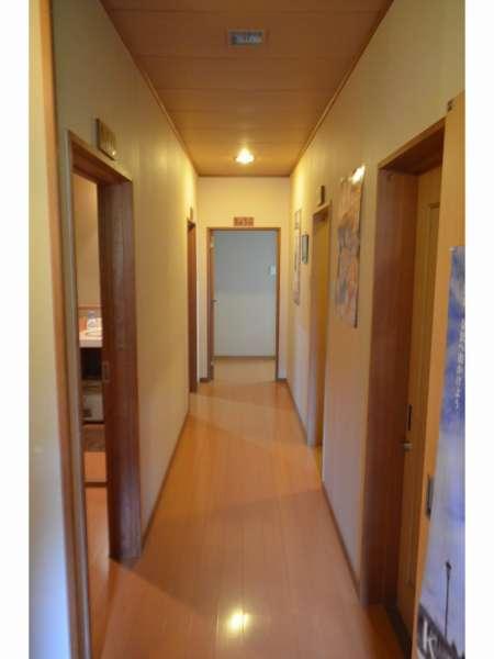 個室前廊下。A corridor.