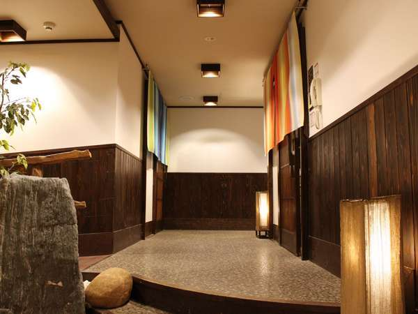 <大浴場>タオルを持ったら地下1階へ。ハーフパンツ(フリーサイズ)の貸し出しもございます