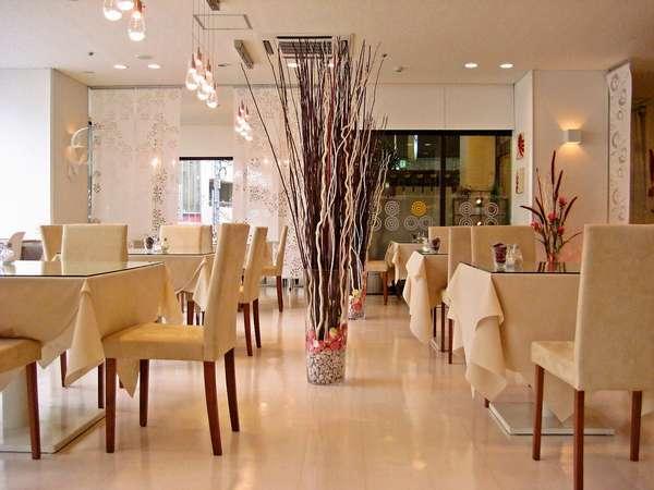 お昼は明るく開放的な空間…。夜はライテイングが映えて心が落ち着くカフェ・レッシュコパンの店内です。