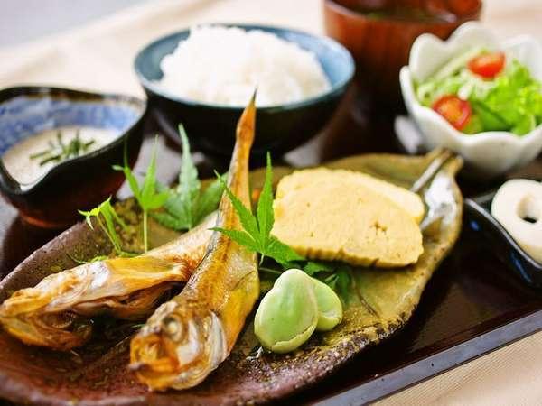 今朝の焼き魚は脂がのった日本海の<ハタハタ>です。砂丘長芋など、山陰地産地消の和朝食です。