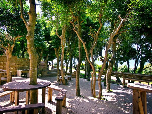 ◆ABカフェ◆ウッドデッキで海風を感じながら、くつろげます