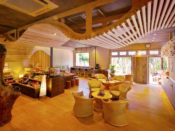◆ロビー◆のんびりくつろげるカフェや、ご当地のお土産を取りそろえた売店などもございます