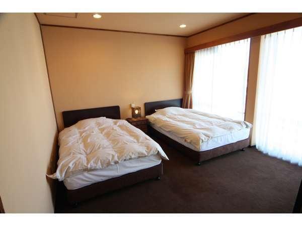 和洋室401号室のベッドルーム。窓があり、明るい感じです。