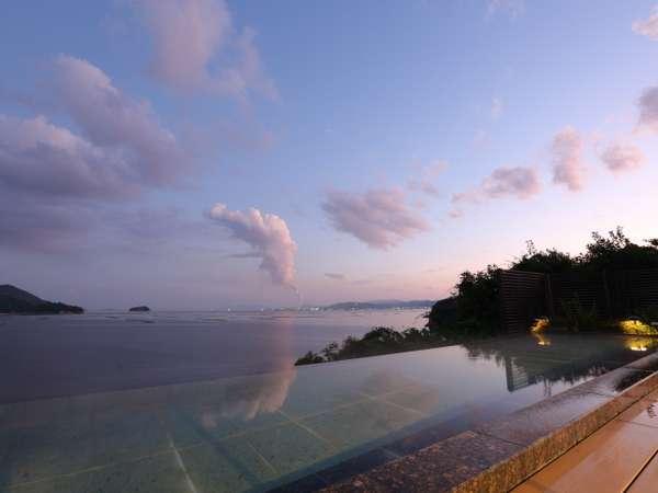 夕景のマルミエロテン海の景色と岩国の工場夜景のコントラストが綺麗です。*20数段階段有