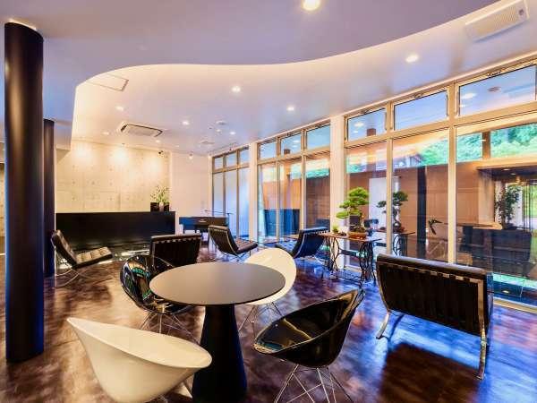 【ラウンジ】館内の家具やランプ、電話等細かい部分までデザイナーズの物を採用