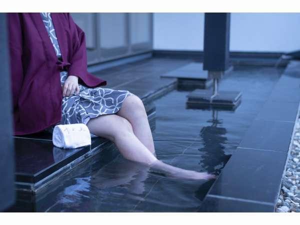【足湯】ラウンジのすぐ横に源泉かけ流しの足湯がございます