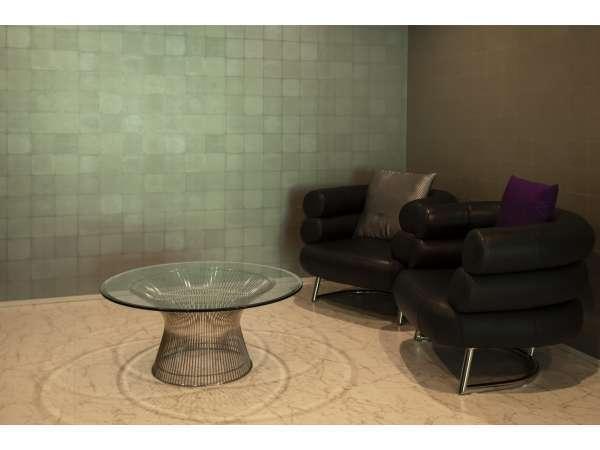 ベッドの横には各室のコンセプトに合わせたソファ、テーブルなどを配置