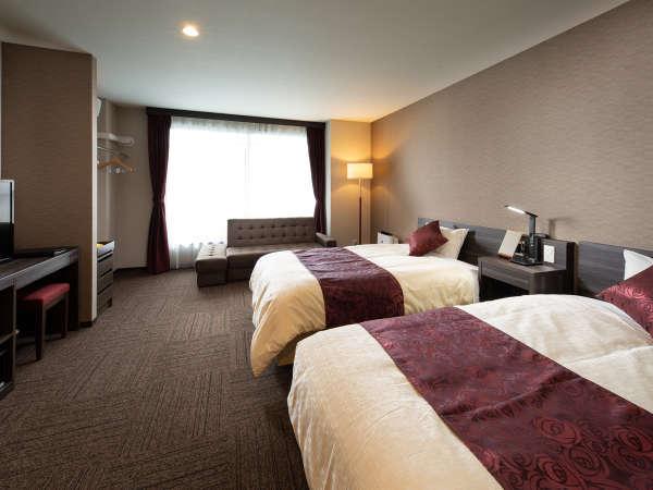 【ツインルーム】少し広めで、セミダブルベッド2台とソファベッドのあるお部屋。