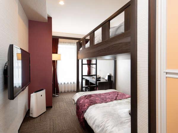 【二段ベッド】下はセミダブルベッド、上はセミダブルサイズの畳ベッドにお布団をご用意。