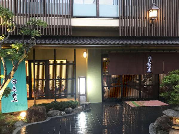 【玄 関】格子や暖簾・軒行灯などを用いて、京町屋をイメージしております。