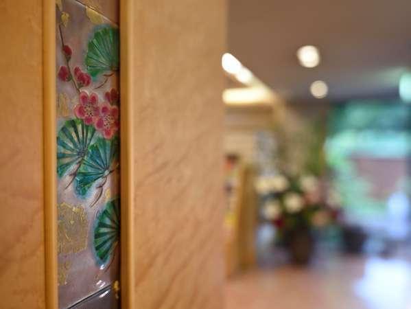 ◆ロビー 柱に散りばめられた『四季草木図』嵯峨の春夏秋冬を表現