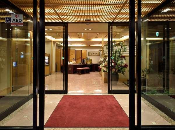 ◆夜のエントランス着物姿のスタッフがお迎え(写真はイメージです)