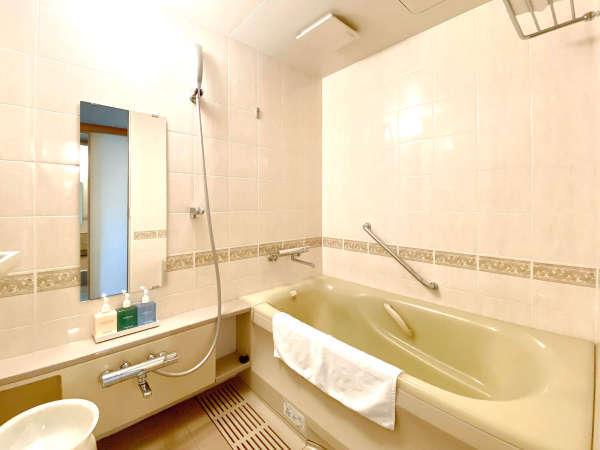 バスルーム(デラックスタイプ)・・・デラックスタイプはバストイレ別。旅の疲れも癒されます。