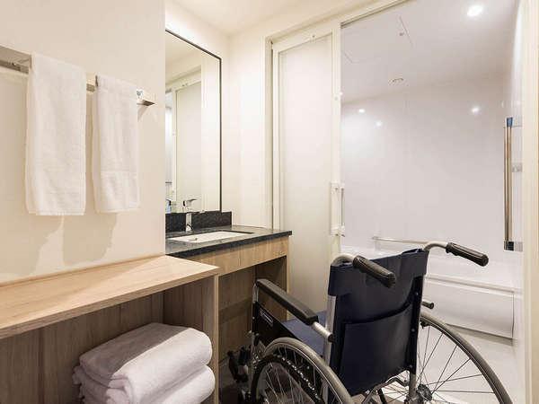 【風呂】ユニバーサルツイン・車椅子の方もご利用しやすいよう広めの洗面台を設けております。