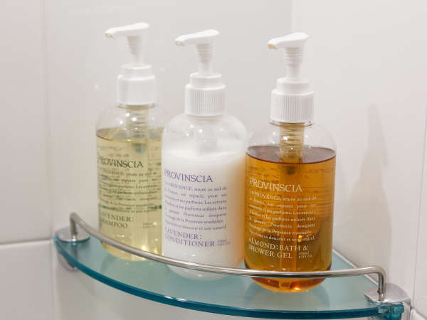 プロバンシア:ココナッツの香りのボディジェル、ラベンダーの香りのシャンプー・コンディショナー。