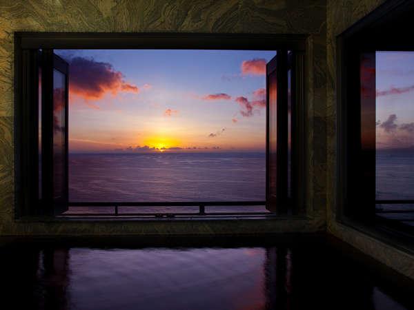 展望風呂のお部屋。海に昇る朝日を独占♪タイプは檜と伊豆石の2種。お食事もワンランク上のお品書き