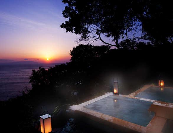 朝焼けに染まる海を眺めてゆったり浸る贅沢な時を…。