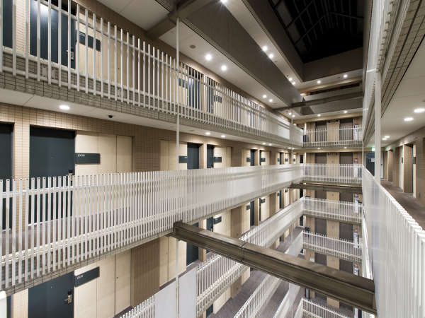 【吹き抜け】建物中央の開放的な空間。