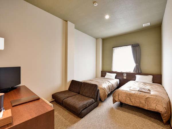 *【スタンダードツイン】シングルベッド2台とソファーベッドで最大3名様までご利用可能です!