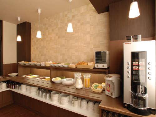 [食事カウンター]人気の和洋バイキング無料朝食♪毎日日替わりでご用意致しております
