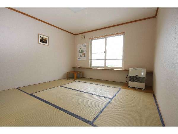お部屋の様子。おちつく畳のお部屋。お部屋にTVもあります。