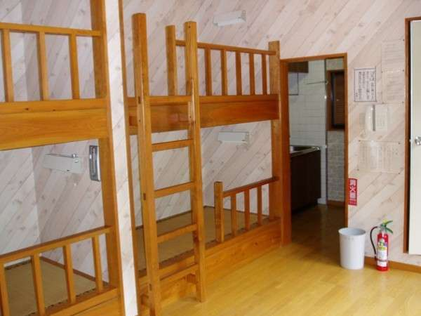 コテージの中には2段ベッドが2台。お布団の追加(有料)も可能です。
