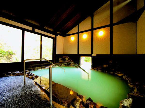 *森の岩風呂/硫黄香る白濁の湯は、日によって色が変わり神秘的♪