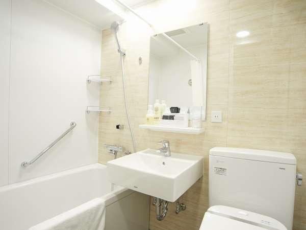 【浴室】清潔感溢れる白いバスルームです。全室シャワートイレ付。