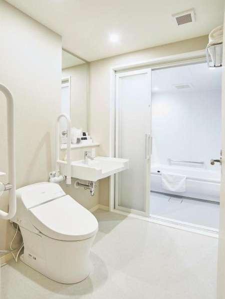 【デラックスツインバスルーム】車椅子対応になっているので、バスルームも広々。