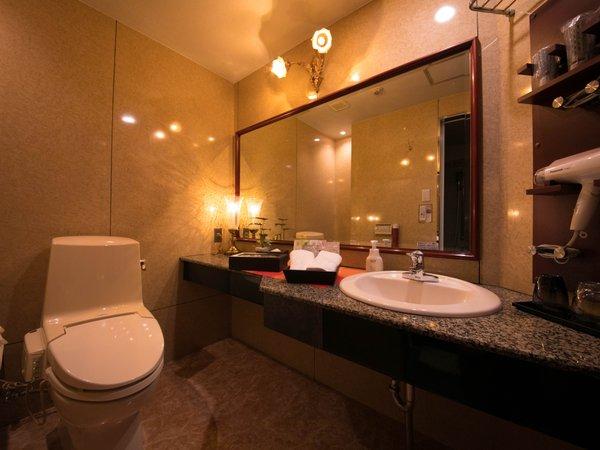 ウォッシュルーム◇広めの洗面台はお手持ちのアメニティを並べても十分な広さがあります
