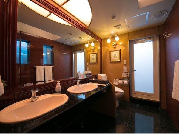 スイートルームのウォッシュルーム◇2ボウル洗面は気がねなく使えて便利