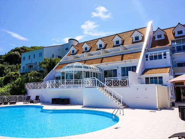 【外観昼】碁石ヶ浜を見下ろす高台にある南欧風ホテル♪