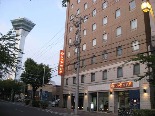 【ホテル外観と五稜郭タワー】