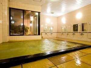 吹き抜けの中庭が開放感を与えてくれる大浴場「わびの湯」。