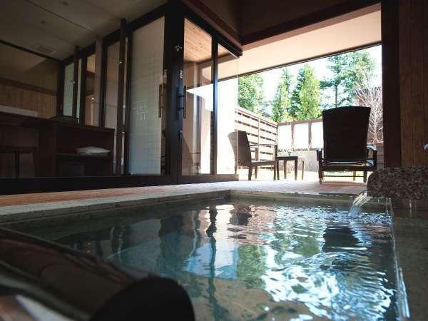 ◆露天風呂付和洋室の露天風呂/自然を眺めながら、気兼ねなく温泉を満喫(客室一例)