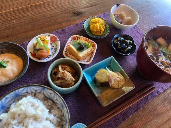 季節の食材を使用した、朝ごはんの一例です。雑穀米はお変わり自由。食後に香り高い挽立珈琲もご用意。
