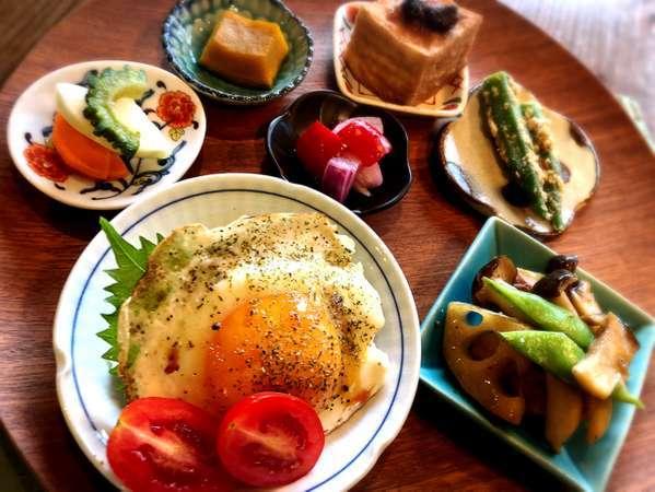 ある日の朝ごはんです。季節のお野菜たっぷりのヘルシーなメニューです。