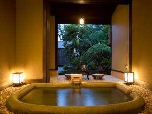 貸切風呂なでしこ。お庭を眺めながら寛ぎの時間を。贅沢なプライベート空間で別府の湯を。