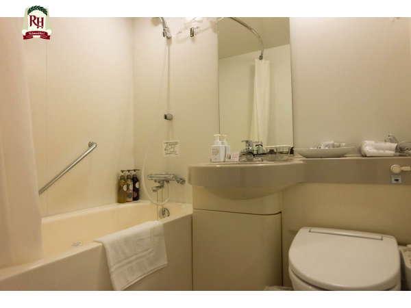【バスルーム】全室ユニットバス。湾曲のカーテンレールで、シャワーも広々お使い頂けます。