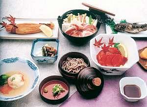 川魚やぼたん肉など、天川村の味が並ぶ