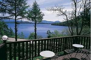 絶景のこの宿の中でも一番の特等席。夕暮れの湖面は必見