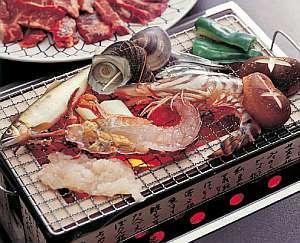 旬の活きた素材を使用した海鮮炭火焼料理