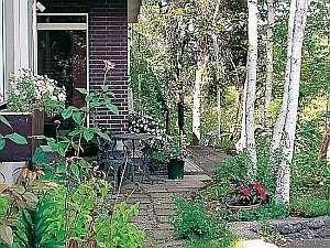 緑とお花で埋まる玄関前でお寛ぎを