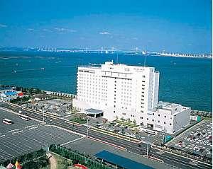 三方からの爽やかな海風に包まれる、白亜の大型ホテル