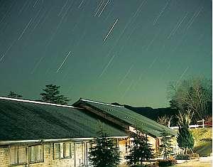 星空の下のペンション北斗星。客室はツイン7部屋トリプル4部屋です。